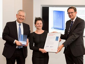 Prof. Dr. Thomas Müller-Kirschbaum (links) und Dr. Michael Dreja überreichen den Laundry & Home Care Research Award 2016 an Dr. Kristin Ganske.