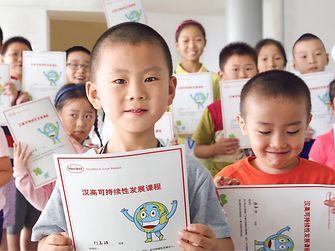 Программа «Послы устойчивого развития» побуждает сотрудников Henkel активно участвовать в решении вопросов устойчивого развития. Стремясь привить школьникам (и даже партнерам) бережное отношение к окружающей среде и ресурсам, сотрудники компании помогают повысить качество образования (4-ая цель SDG).