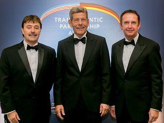 Henkel CEO Hans Van Bylen (r.), Jerry Perkins (l.), Bernhard Mattes
