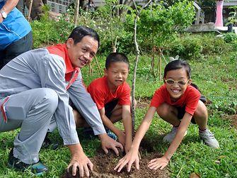 台灣漢高志工於假日攜手合作為學校環境整修