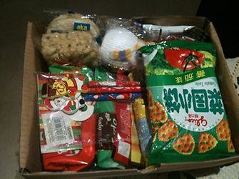 Die Boxen sind prall gefüllt mit Kuscheltieren, Spielzeug und Süßigkeiten.