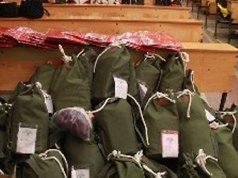 Die fertig befüllten und eingetüteten Boxen stehen zur Vergabe an die Kinder der Yunyang High School bereit.