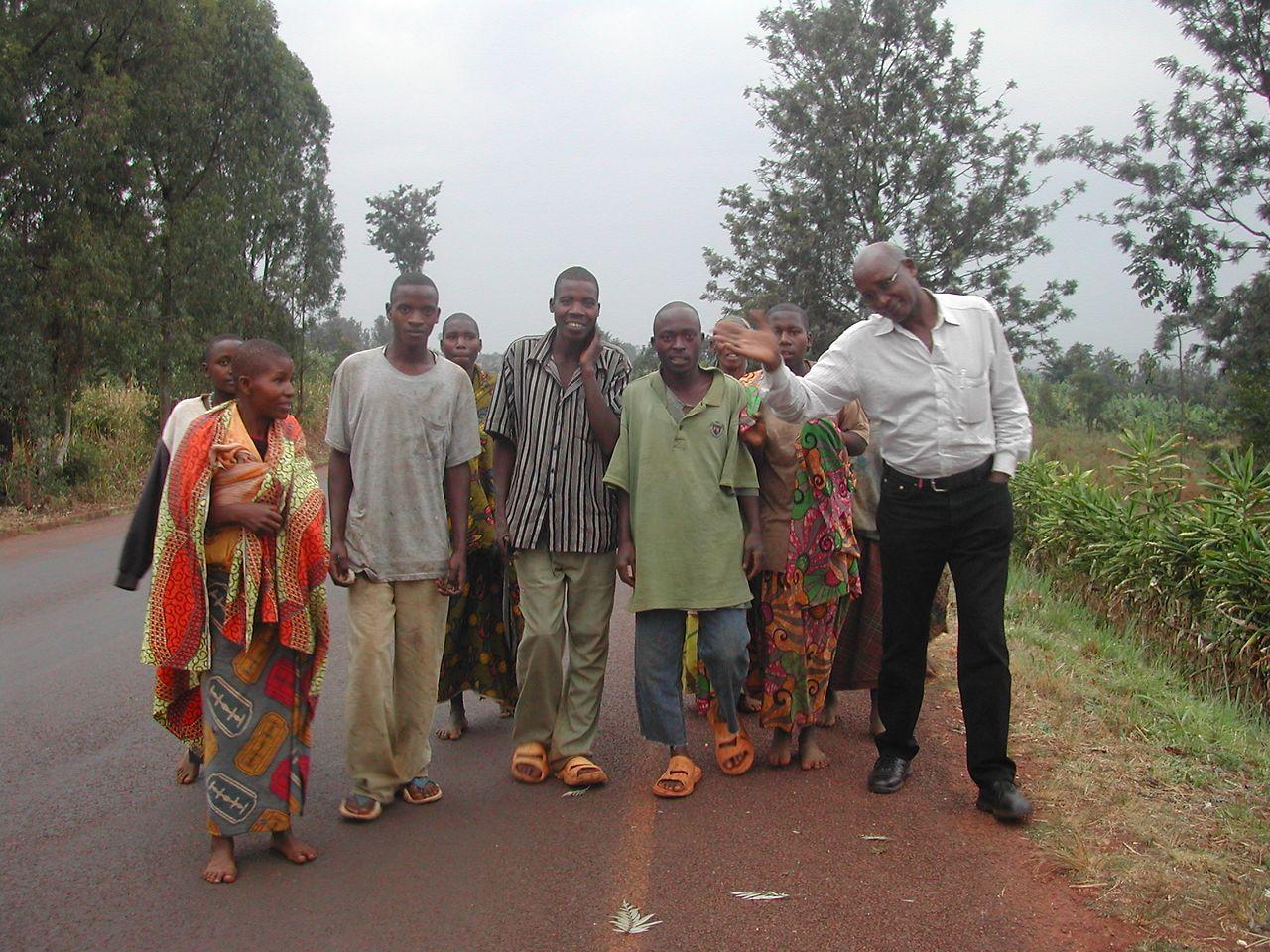 Marius Niziyoigamiye (r.) with neighbors of the orphanage