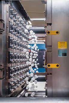 Schraubverschlusskappen für Getränkeflaschen beim Auswerfen aus einem 96-fach-Werkzeug