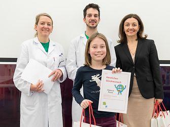 v.l.n.r.: Sabine Hochkugler, Christoph Giesinger und Martina Steinberger-Voracek mit Rebecca, einer von 23 Henkel Nachhaltigkeits-Champions.