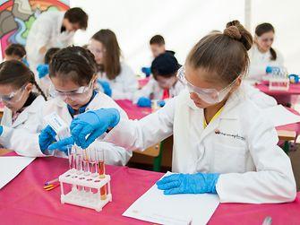 Во время практических уроков дети чувствуют себя настоящими исследователями. В игровой форме они знакомятся с основами научной грамотности и проводят эксперименты.