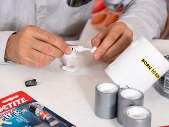 Un expert des équipes Adhesive Technologies répare un objet