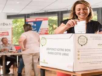 Une salariée Henkel dépose son bon pour planter un arbre en France grâce à notre partenaire Reforest'action