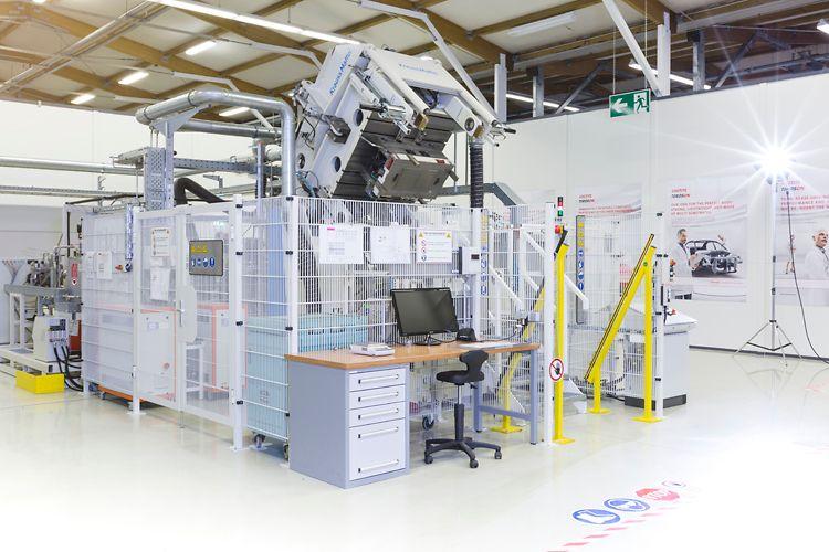 Composite Lab RTM-Presse von Henkel im Composite Lab in Heidelberg.