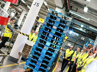 From the digital reading of production data to self-driving forklifts: Visitors at the Smart Factory Roadshow in Henkel's detergent production plant got to witness how the company implements Industry 4.0.