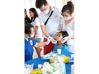 """John Michael Bustamante and his colleagues from Henkel in Manila supported the project """"Dental mission"""""""