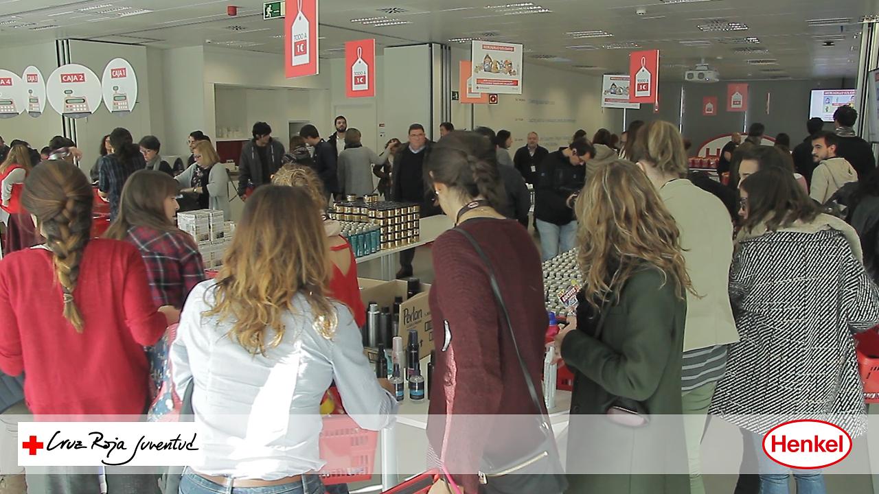 """Mercadillo solidario en las instalaciones de Henkel Ibérica para contribuir a la campaña """"Sus derechos en juego"""" de Cruz Roja Juventud."""