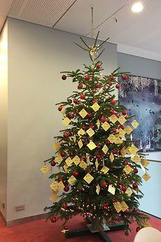 Die Weihnachtsbäume inklusive Wunschzettel findet man in den Mitarbeiterkantinen am Henkel-Firmensitz in Düsseldorf.