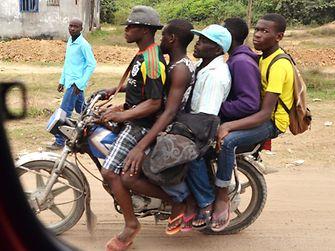 Fünf Männer auf einem Mofa.