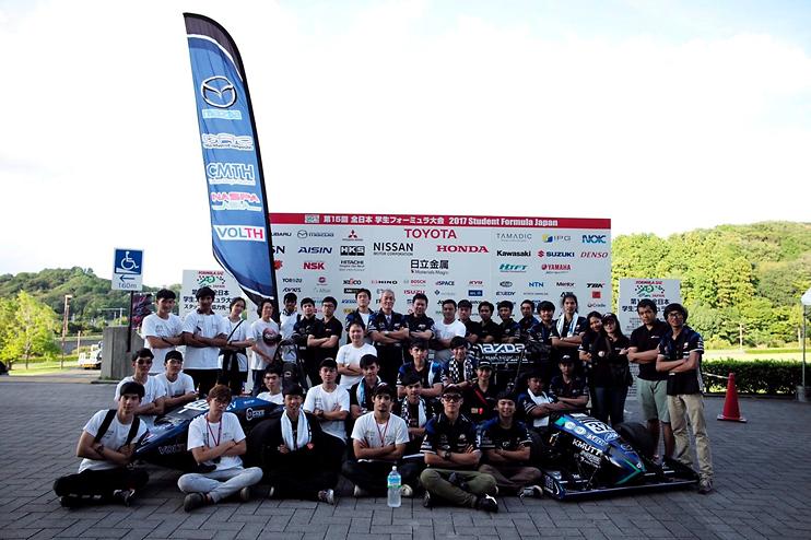 ทีมรถแข่ง แบล็คเพิร์ล ถ่ายภาพหมู่ในการแข่งขันรายการ Student Formula Japan 2017