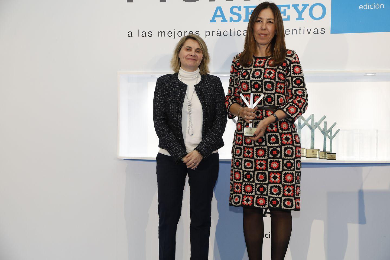 Griselda Serra, Directora de Recursos Humanos de Henkel Ibérica, recogiendo el segundo premio ex aequo en la categoría 'Mejor práctica de gestión de la prevención' de los Premios Asepeyo.
