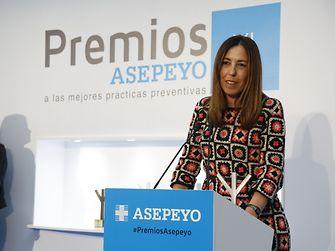 Griselda Serra, Directora de Recursos Humanos de Henkel Ibérica, agradeciendo el recibimiento del segundo premio ex aequo en la categoría 'Mejor práctica de gestión de la prevención' de los Premios Asepeyo.