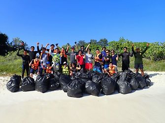 พนักงานของเรา และอาสาสมัครจากบ้านแสมสาร ร่วมกันเก็บขยะบริเวณชายหาดของบ้านแสมสาร จังหวัดชลบุรี