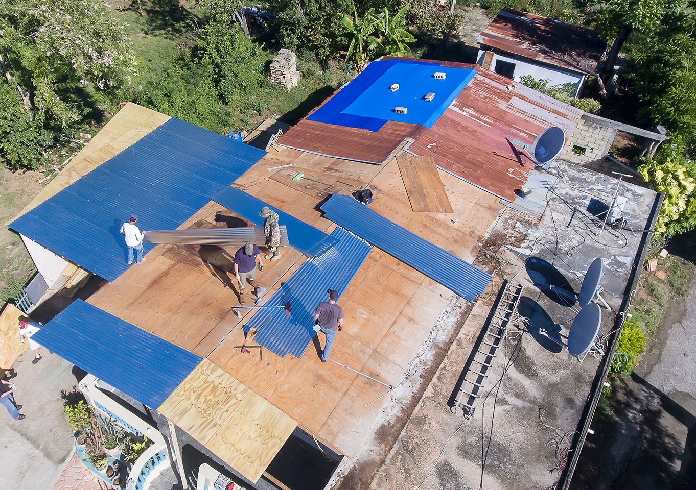 Another group reconstructed a partially destroyed roof of a house occupied by a local Henkel employee and her family.