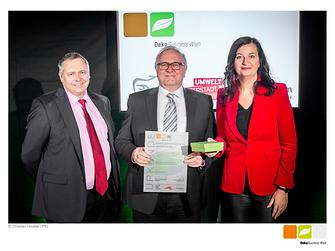 (V.l.n.r.) Für Henkel nahmen Thomas Fuhrmann (Qualitäts-Manager) und Alfred Smyrek (Werksleiter Wien) die ÖkoBusiness Wien Betrieb-Auszeichnung von Wiens Umweltstadträtin Ulli Sima entgegen.