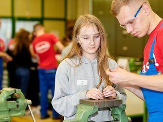 Unter Anleitung der Henkel-Azubis stellten die Schülerinnen Armbänder aus verschiedenen Metallen her.