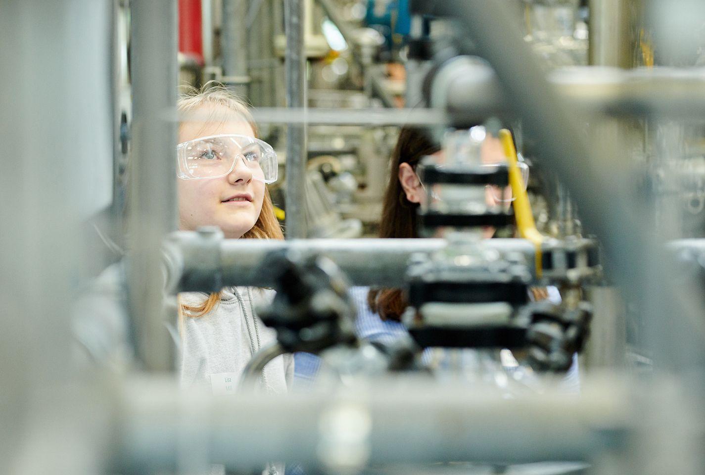 Die Schülerinnen erhalten spannende Einblicke in die Arbeit als Chemikantin.