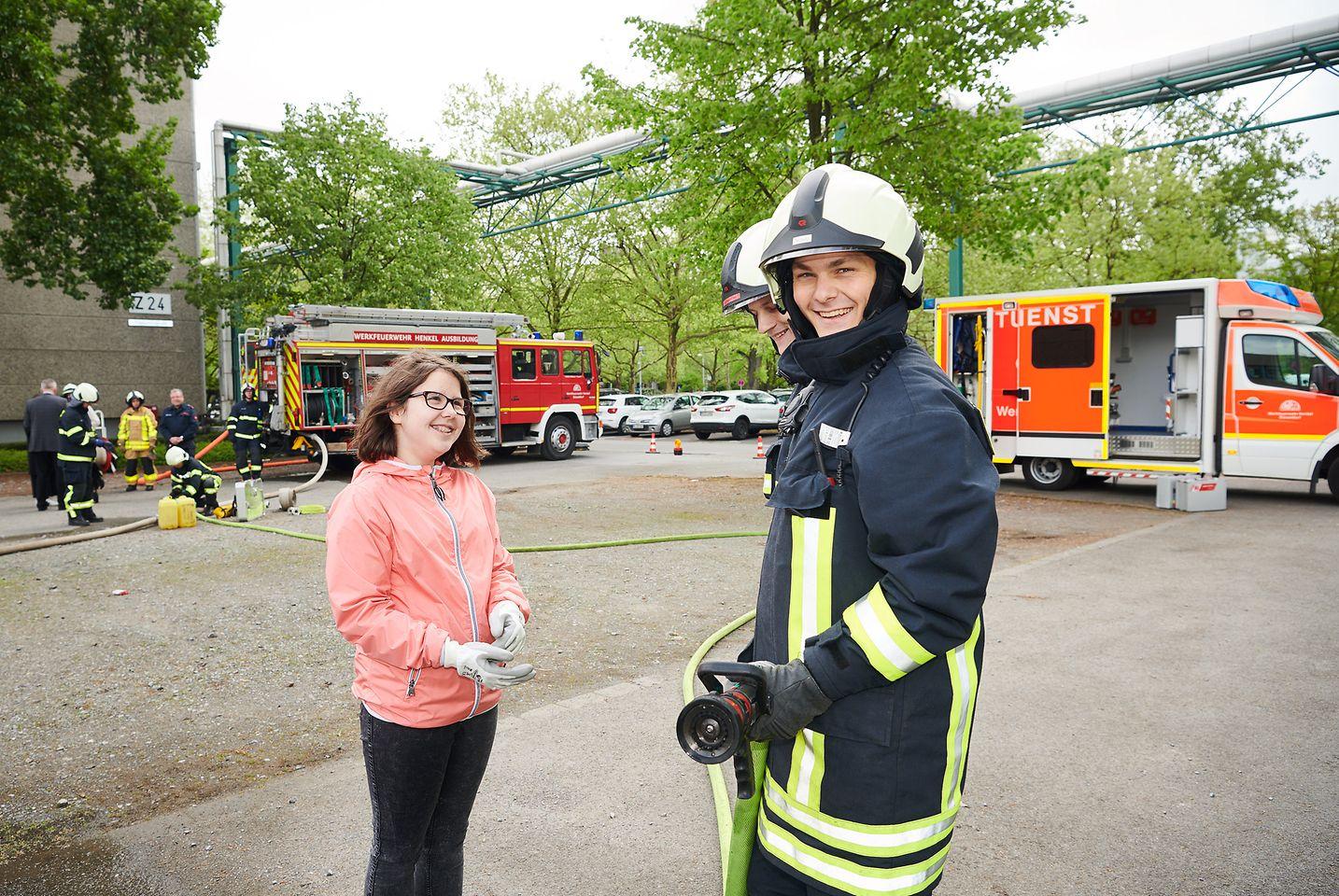 """Bei der Werksfeuerwehr unterstützen die Mädchen die """"großen"""" Feuerwehrkräfte."""