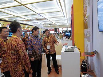 Menteri Perindustrian Airlangga Hartarto di stan Henkel di Indonesia Industrial Summit 2018.