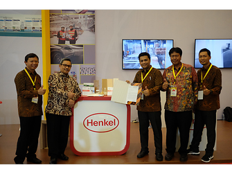 Henkel Indonesia menerima surat penghargaan dari Dirjen Industri Kimia Tekstil dan Aneka, Kementerian Perindustrian Republik Indonesia, Bapak Achmad Sigit Dwi Wahyono (kedua dari kiri).