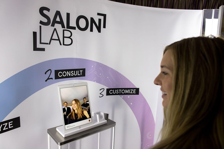 """Henkel Beauty Care befördert das Friseurerlebnis ins digitale Zeitalter und stellte das """"Schwarzkopf Professional SalonLab™"""" auf der Elektronikmesse CES® in Las Vegas vor. SalonLab wurde zweifach mit dem diesjährigen CES® Innovation Award ausgezeichnet."""