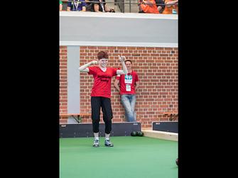 Die Athletin habt sichtbar Spaß am Wettkampf