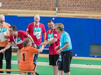 Helfer, Schiedsrichter und Athleten halten zusammen
