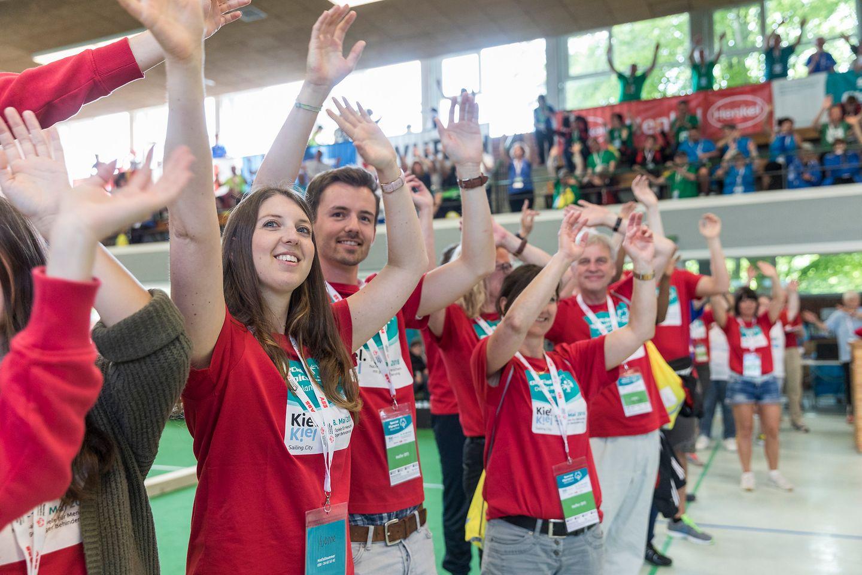 Das Helferteam bejubelt alle Boccia-Athleten