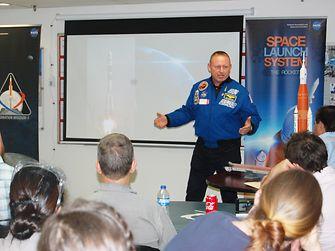 El astronauta Butch Wilmore compartió su experiencia en el espacio con empleados de Henkel en Seabrook (EEUU)
