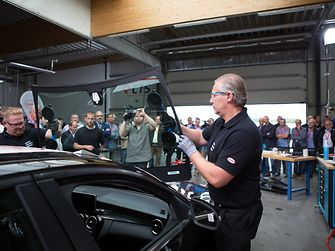During the event guests were able to watch the Henkel experts bonding the windscreen with Teroson PU 8730 HMLC.