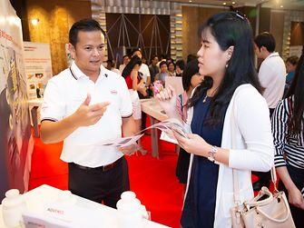ผู้เชี่ยวชาญของเฮงเค็ล ประเทศไทย อธิบายลูกค้าเกี่ยวกับการใช้นวัตกรรมผลิตภัณฑ์กาวและโซลูชั่น ในบรรจุภัณฑ์ที่ปลอดภัยสำหรับอาหาร