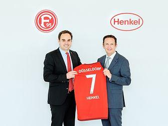 Fortuna-Vorstandsvorsitzender Robert Schäfer und Henkel-Vorstandsvorsitzender Hans Van Bylen mit dem neuen Fortuna-Trikot, das Anfang Juli der Öffentlichkeit offiziell vorgestellt wird.