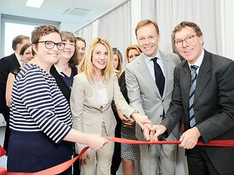 "At the opening of the ""Beauty Insights"" center: Kristin Miehlich, ""Beauty Insights"", Vildan Önpeker-Cerci, Corporate Director Global Marketing Henkel Beauty Care, Jens-Martin Schwärzler, Executive Vice President Henkel Beauty Care, and Dr. Thomas Förster, Corporate Vice President Global R&D Henkel Beauty Care."