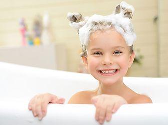 Kind in der Badewanne