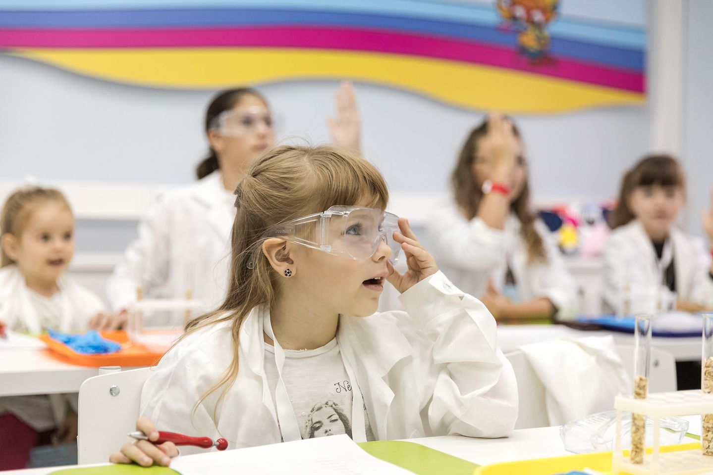 Юные исследователи проводят свои первые научные эксперименты