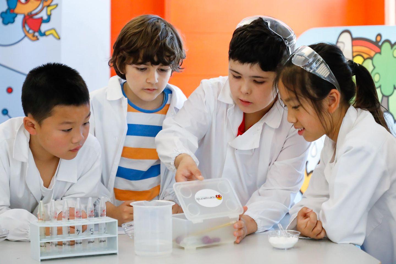 A ricercamondo i bambini diventano ricercatori per un giorno e lavorano con gli strumenti di un vero laboratorio scientifico