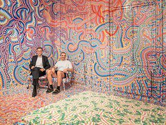 Henkel-Manager Georg Grassl (li.) und Künstler Milan Mladenovic in der RAUMSTATION in der Schikanedergasse 2 im vierten Wiener Gemeindebezirk.
