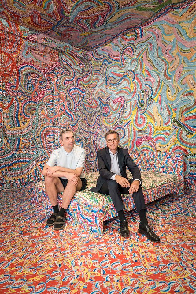 Henkel-Manager Georg Grassl (re.) und Künstler Milan Mladenovic in der RAUMSTATION in der Schikanedergasse 2 im vierten Wiener Gemeindebezirk.