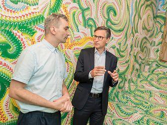 Der Künstler Milan Mladenovic (li.) mit Henkel-Manager Georg Grassl im von ihm gestalteten Stiegenaufgang in der Galerie Georg Kargl in der Schleifmühlgasse 5 im vierten Wiener Gemeindebezirk.