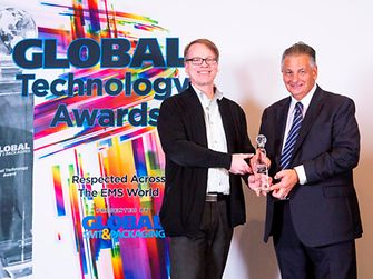 Dr. Marc Currie (right) received the Global Technology Award for the awarded TIM material on behalf of Henkel