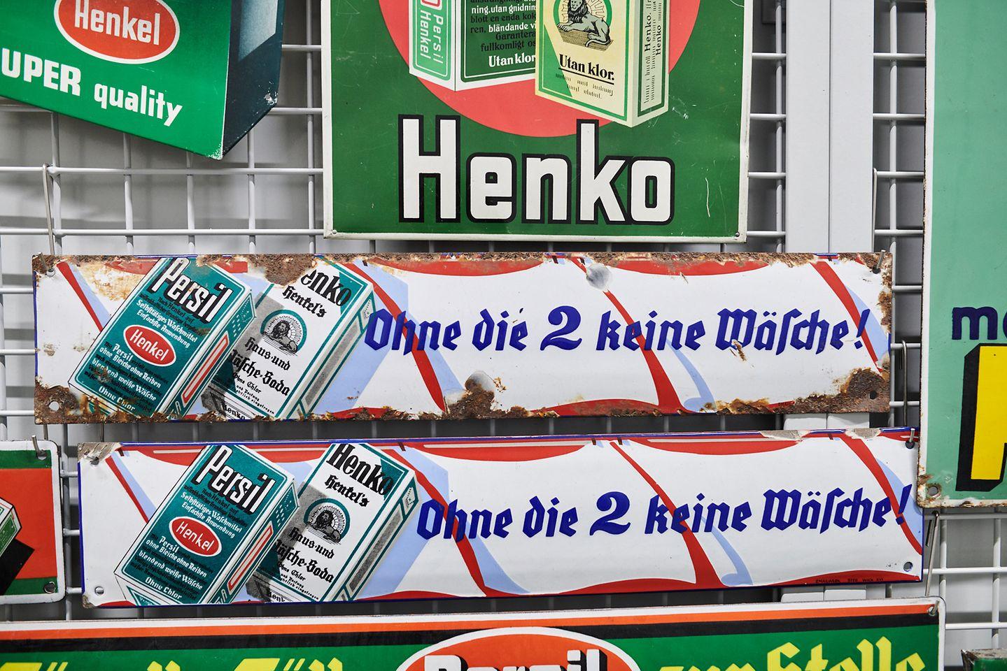 """Historische Emailschilder oder Produktpackungen werden regelmäßig an Museen und Filmproduktionsfirmen verliehen. In der aktuellen Kultserie """"Deutschland 86"""" findet sich das ein oder andere Exponat wieder."""