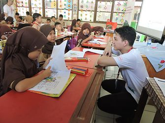 Employees of Henkel Indonesia taught 120 students at two elementary schools in South Tangerang about sustainability in their daily lives.