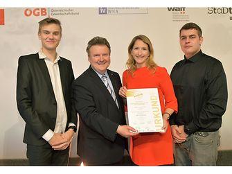 """Für Henkel CEE nahmen Mag. Astrid Reitbauer (Recruiting & Employer Branding Henkel CEE) sowie die beiden Lehrlinge Andreas Sehnal (links) und Noel Smith (rechts) die Auszeichnung """"Top-Lehrbetrieb"""" von Wiens Bürgermeister Michael Ludwig (2.v.l.) entgegen."""