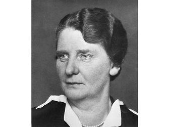 """Während des Ersten Weltkriegs leitete sie das """"Vereinslazarett der Familie Henkel"""", das auf dem Werksgelände in Düsseldorf-Holthausen zur Versorgung von verwundeten Soldaten eingerichtet worden war. 1941 starb Emmy Lüps im Alter von 57 Jahren."""