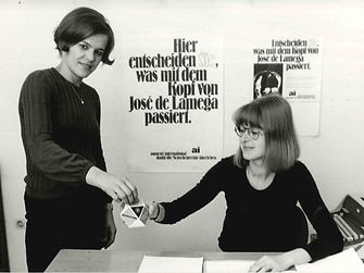 1972: Henkel employee Angela Schultz worked as a volunteer for the human rights organization Amnesty International. Schultz, who was employed as an interpreter for English and French at the Corporate Planning and Development department in Düsseldorf-Holthausen, was a member of Group 101 of Amnesty in Düsseldorf. In her spare time, she helped prisoners who had been arrested for their political or religious beliefs. Her extensive voluntary work included considerable correspondence and research to alleviate the hardships of detention.